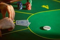 Karty i układy scaleni na stole Obrazy Stock