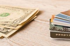 Karty kredytowe i gotówka dolary Pojęcie finansowanie Selekcyjna ostrość zdjęcia stock