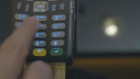 Karty kredytowej maszyny szpilka i układ scalony kodujemy wchodzić do mężczyzną POV Szczegół zbliżał wewnątrz ręka bez twarzy pok zbiory wideo