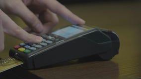 Karty kredytowej maszyny szpilka i uk?ad scalony kodujemy wchodzi? do m??czyzn? POV Szczeg?? zbli?a? wewn?trz r?ka bez twarzy pok zbiory