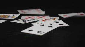 karty spłukuje grać w pokera królewskie Karta do gry spada na czerń stole Obrazy Stock