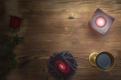 karty tarota Przyszłościowy czytanie Pomyślność narratora biurka stół Romantyczna wróżba obrazy royalty free