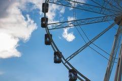 Karusell, blå himmel och vitmoln royaltyfria bilder