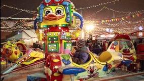 Karusell för ungar på jul som är ganska på röd fyrkant i Moskva lager videofilmer