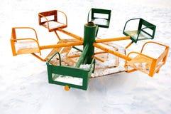 karusell försummad gammal parkvinter arkivbild