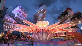 Karusell i nöjesfält på natten Arkivfoto