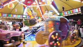 Karusell i nöjesfält på natten Arkivbild