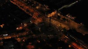 Karusell med runt om statyn av Columbus Flyg- nattvideo Barcelona Spanien Biltrafik stock video