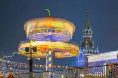 Karusell på bakgrund av det Spasskaya tornet Royaltyfri Bild