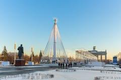 Karusell på fyrkanten framme av den centrala `-paviljongen för `, VDNKH, Moskva, Januari 2017 Arkivbilder