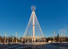 Karusell på fyrkanten framme av den centrala `-paviljongen för `, VDNKH, Moskva, Januari 2017 Arkivfoton