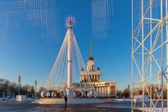 Karusell på fyrkanten framme av den centrala `-paviljongen för `, VDNKH, Moskva, Januari 2017 Royaltyfri Fotografi