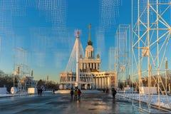 Karusell på fyrkanten framme av den centrala `-paviljongen för `, VDNKH, Moskva, Januari 2017 Arkivbild