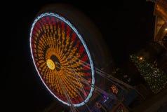 Karusell på nattjulmarknad Arkivbild