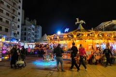Karusell på promenaden i Larnaca Familjer som har gyckel i den centrala delen av staden royaltyfri fotografi