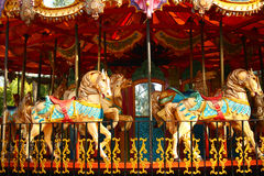 karusellbarn tömmer ritt Arkivfoto
