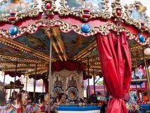 karusellen går den glada rounden för hästar Arkivfoto