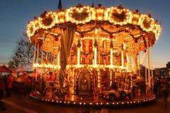 Karusellen i aftonen på julen marknadsför Royaltyfri Fotografi