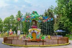 Karusellen i barn parkerar av dragningar i sommaren Arkivfoton