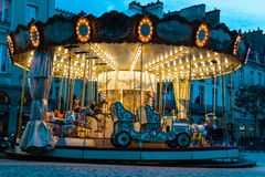 Karusellen i Rennes Frankrike, stället de la Mairie tände upp på natten arkivfoto