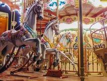 Karusellhästar på natten royaltyfri foto