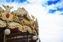 Karuselltappning i de blyga molniga blåtten Royaltyfri Fotografi