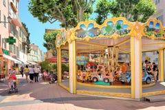 Karussell auf der Straße von Menton, Frankreich. Lizenzfreies Stockfoto