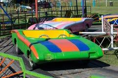Karussell mit bunten Autos im Park Stockfotos