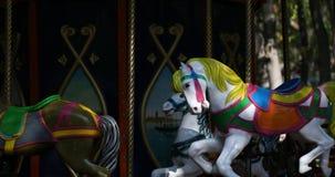 Karussell mit Pferden auf einem fröhlichen Karneval gehen Runde stock video