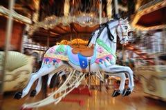 Karussell-Pferde im Weihnachtsmarkt Stockfoto