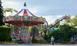 Karussell und Achterbahn in einem Vergnügungspark Lizenzfreie Stockfotos