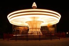 karuzela w ruchu iluminującym przy nocą obrazy stock