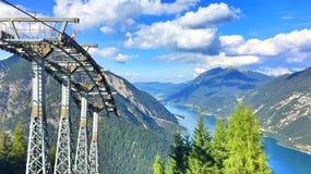 Karwendel在Pertisau村庄阿尔卑斯,奥地利的缆车 免版税库存图片