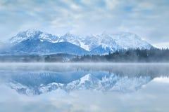 Karwendel-Gebirgszug reflektiert im See Stockfoto