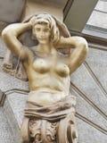 Karyatide - eine Skulptur einer Nackte, die einen Balkon hält stockfotos
