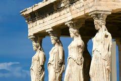 Karyatiden skulpterar, akropolen av Aten, Grekland royaltyfria bilder