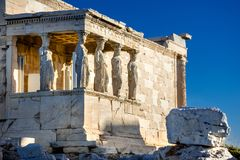 Karyatides statyer, Erehtheio, på akropolen i Aten Arkivfoto