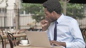 Kasłać Afrykańskiego biznesmena Pracuje na laptopie w Plenerowej kawiarni zdjęcie wideo