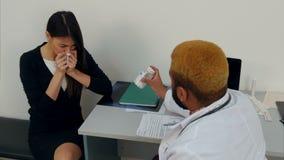 Kasłać chory żeński cierpliwy narzekać lekarka o jej gardle zbiory