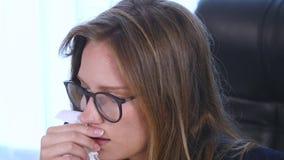 Kasłanie, cieknący nos, chora kobieta, biuro zdjęcie wideo
