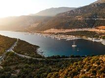 Kas小游艇船坞有小船和游艇的船坞码头空中寄生虫视图在安塔利亚土耳其 免版税库存照片