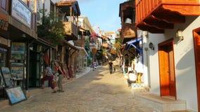 KAS, ANTALYA, TURQUIA - EM MAIO DE 2015: Lojas em ruas estreitas filme