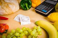 Kasa i rachunek na stole Zdjęcia Royalty Free