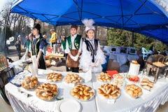 Kasachische Frauen, die nationales Lebensmittel verkaufen Lizenzfreie Stockfotografie