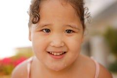 Kasachisches kleines Mädchen, das nahe Swimmingpool spielt Lizenzfreie Stockbilder