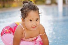 Kasachisches kleines Mädchen, das nahe Swimmingpool spielt Lizenzfreies Stockbild