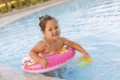 Kasachisches kleines Mädchen, das nahe Swimmingpool spielt Lizenzfreies Stockfoto