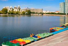 Kasachstan. Astana.  Damm. Lizenzfreie Stockfotos