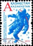 KASACHSTAN - CIRCA 2015: Der Stempel, der in Kasachstan gedruckt wurde, widmete sich 50. Jahrestag der erste Ausflugmensch Spacew Lizenzfreies Stockbild