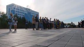 Kasachstan, Kostanay, 2019-06-20, Bewohner der Stadt eskortierte Teilnehmer der Selbstsammlung in den Retro- Autos von stock video footage